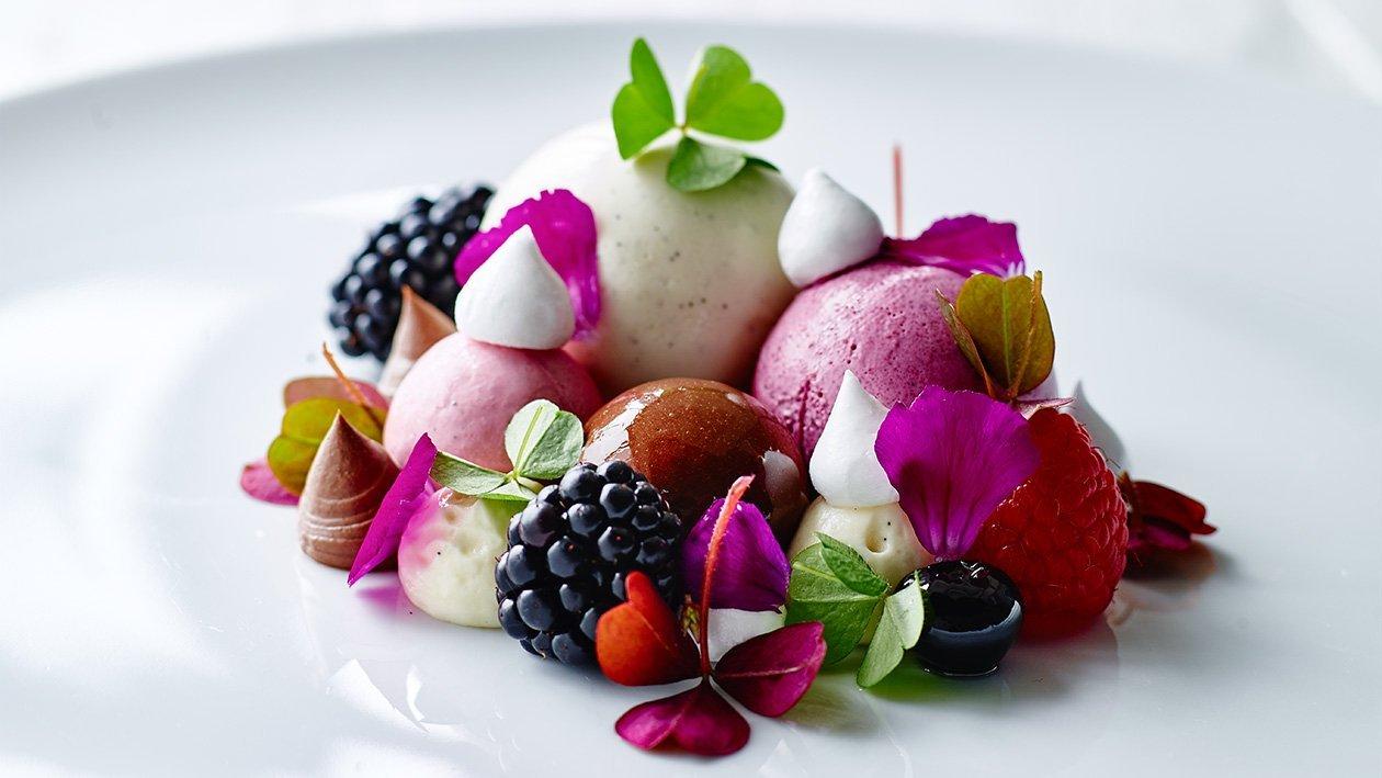 Vanilje-, sitron-, bjørnebær-, bringebær- og melkesjokoladedessert – Oppskrift