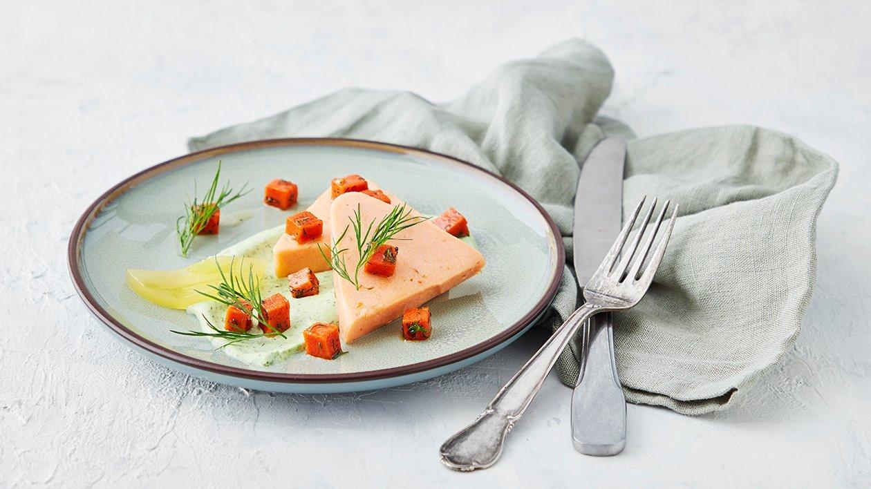 Varmrøkt lakseterrin med urtekrem, tomat- og sitrongelé – Oppskrift
