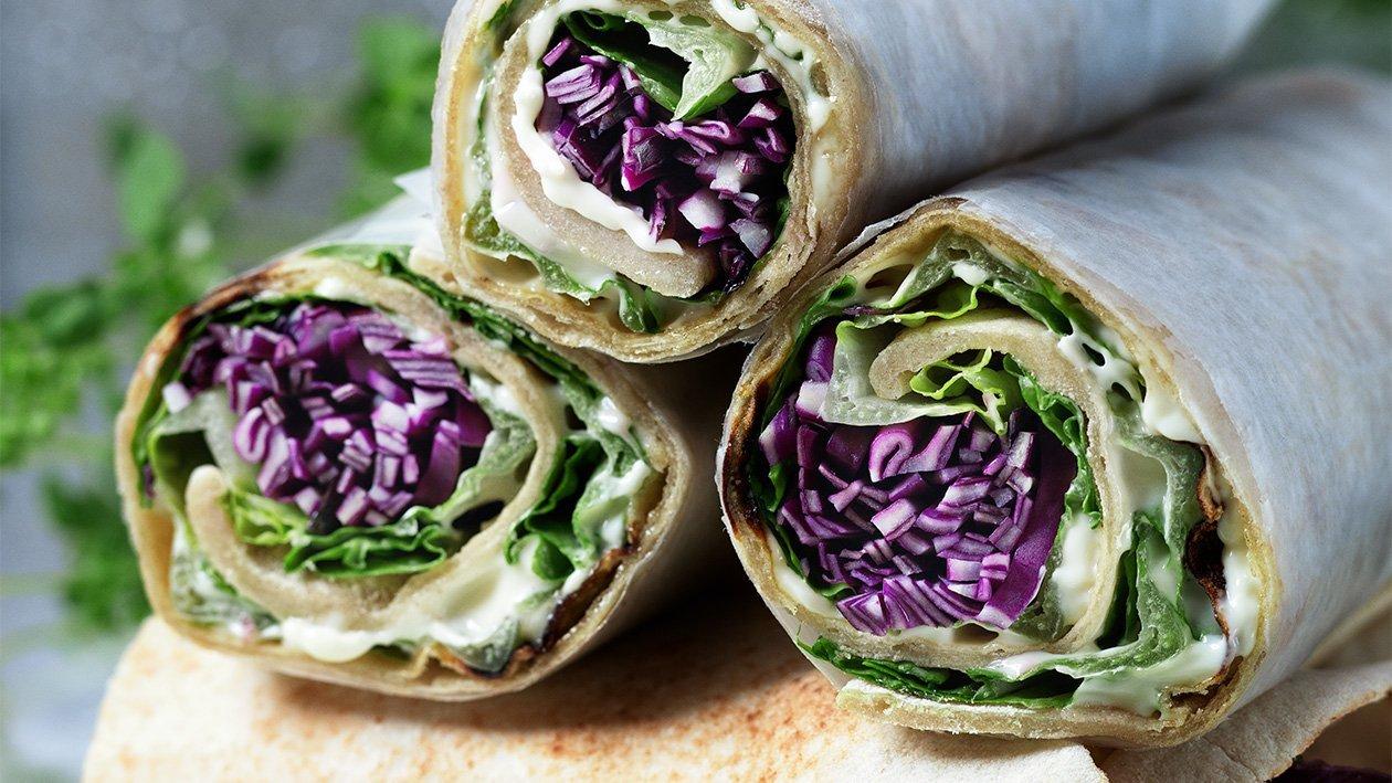 Wraps på pannebrød med rødkålsalat, sylteagurker, solsikke- og fennikelpesto – Oppskrift