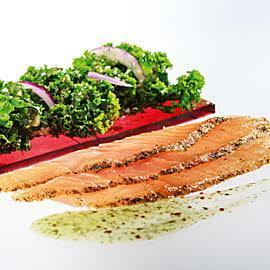 Łosoś Gravlax podany z jarmużem na buraczanej galaretce z sosem miodowo-koperkowym