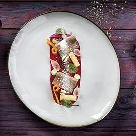 Śledź podany na purée buraczanym z dodatkiem ziemniaków i marchwi