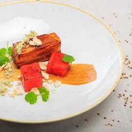 Boczek karmelizowany, arbuz kompresowany grenadine, puder bazyliowy
