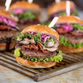 Burger wołowy w jesiennej odsłonie z suszonymi pomidorami i sosem BBQ