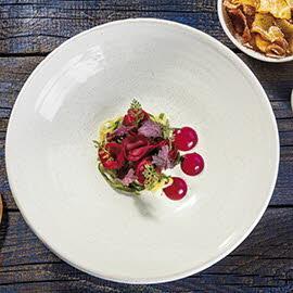 Chłodnik litewski podany z marynowanym ogórkiem oraz emulsją z buraka i pomidorowym kefirem
