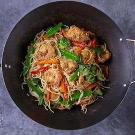 Chow mein – smażony makaron z kurczakiem i krewetkami