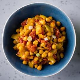 Ciecierzyca z pomidorami i żółtym curry