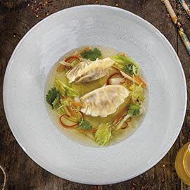 Consommé drobiowe z orientalnymi pierożkami z wieprzowiną na ostro