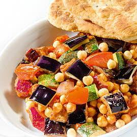 Gulasz z pieczonego bakłażana z indyjskim chlebkiem naan