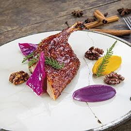 Kaczka pieczona w tradycyjny orientalny sposób, podana z dynią, modrą kapustą i palonymi orzechami