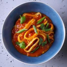 Kalmary duszone w sosie pomidorowym