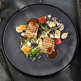 Karkówka sous-vide z kaszą burgul i grillowanymi warzywami