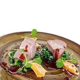 Karkówka z dzika z sosem porto, dyniowymi pierożkami i smażonym jarmużem
