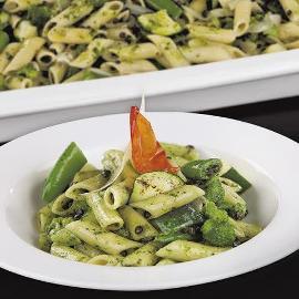 Penne w oliwnym sosie pesto z dodatkiem zielonych warzyw i czarną soczewicą