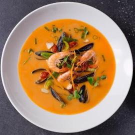 Pikantna zupa z owocami morza