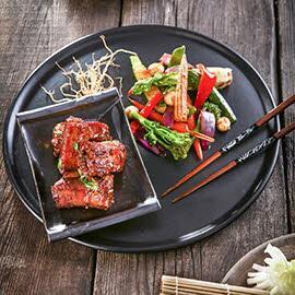 Pikantne żeberka wieprzowe z woku z pieczonymi warzywami