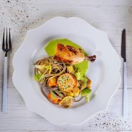 Roladka z kurczaka w sosie ziołowym