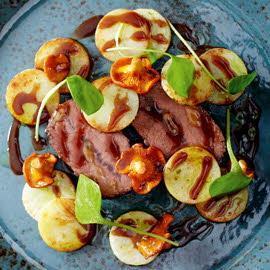 Rostbef z ziemniakami, selerem i kurkami