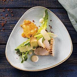 Sałatka Cezar z grillowanym kurczakiem, jajkiem panierowanym w parmezanie i kremowym sosem