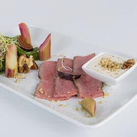 Sałatka ze szczawiu z rabarbarem i wołowiną typu pastrami