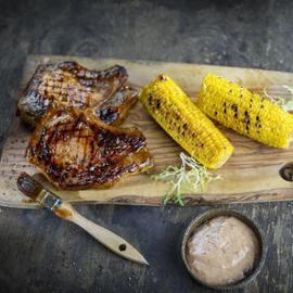 Stek wieprzowy z majonezem śliwkowym i grillowaną kukurydzą