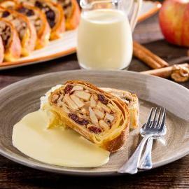 Strudel jabłkowy z sosem waniliowym