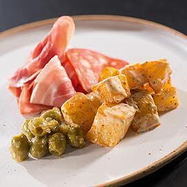 Tapas - Patatas Bravas z marynowanymi oliwkami i szynką