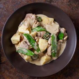 Zielone curry z wieprzowiną, ananasem i groszkiem cukrowym