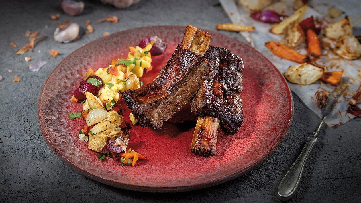 Żeberka wołowe glazurowane w sosie BBQ z warzywami korzeniowymi i kolendrą