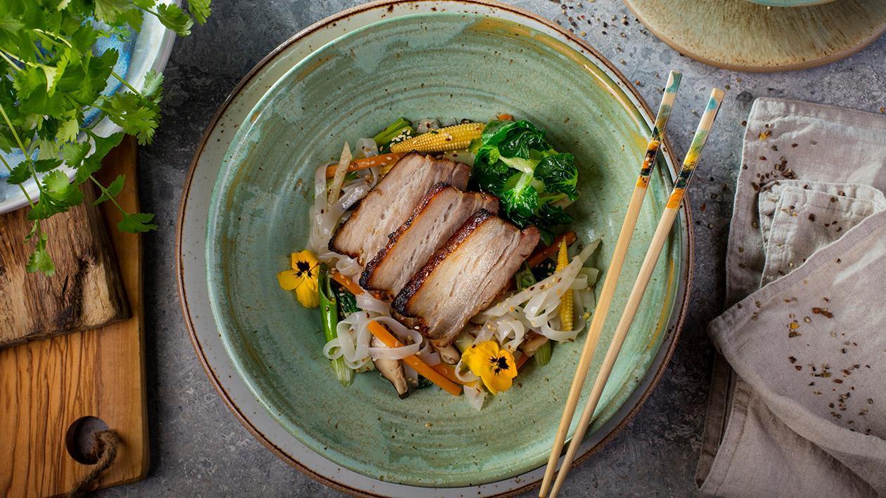 Boczek orientalny, makaron ryżowy, warzywa