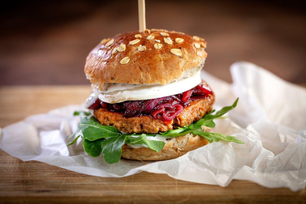 Burger francuski z kozim serem, marmoladą z czerwonej cebuli i rukolą