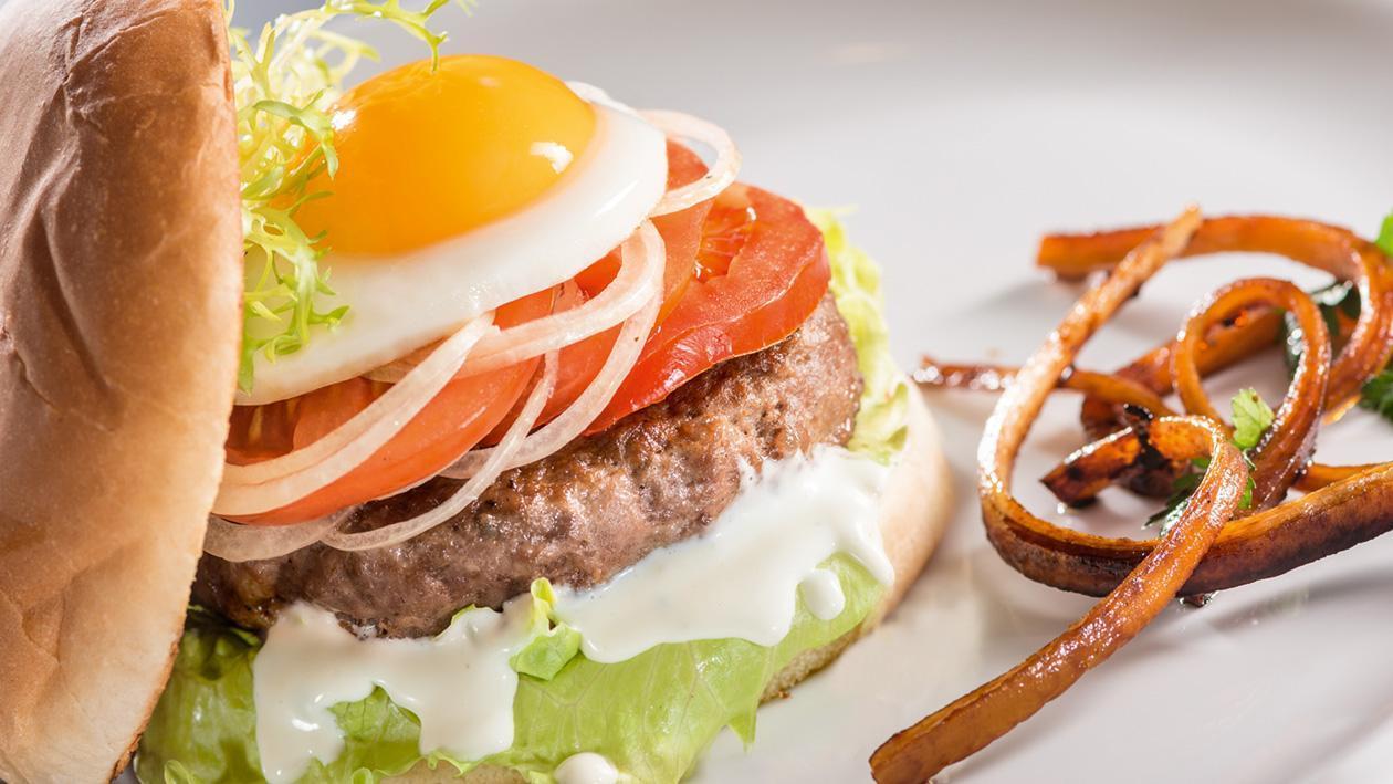 Burger wołowy z karmelizowaną pietruszką