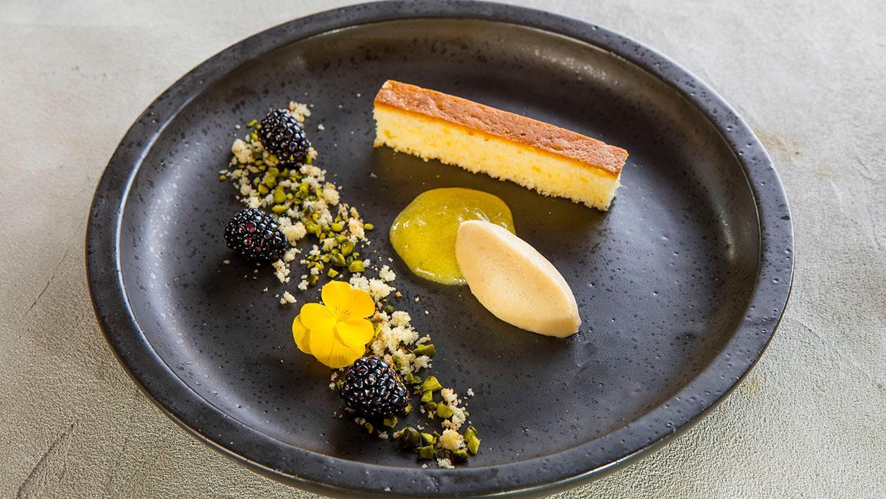 Ciasteczko z oliwy z oliwek z żelem pomarańczowym i domowymi lodami waniliowymi
