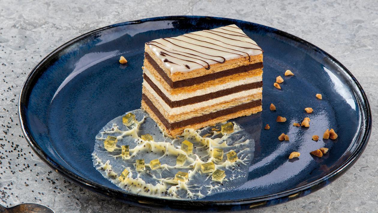 Ciasto miodowe w odsłonie mille-feuille przeplatane masami czekoladowo-orzechową i śmietanową z ganache i galaretką miodową