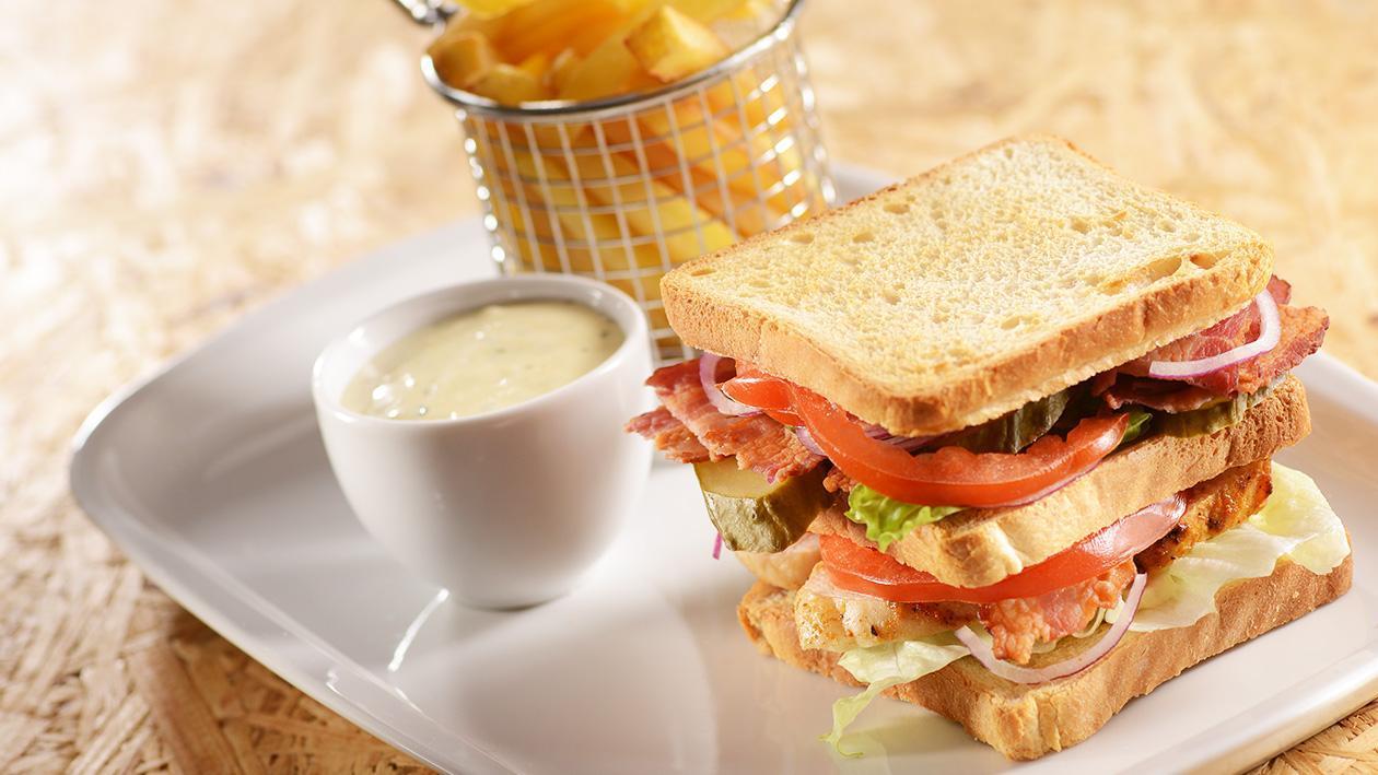 Club sandwich z frytkami i dipem czosnkowym
