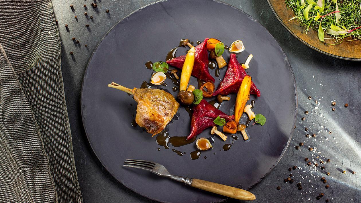 Confitowane kacze udka, buraczane pierogi z kaczką, sos z pomarańczą