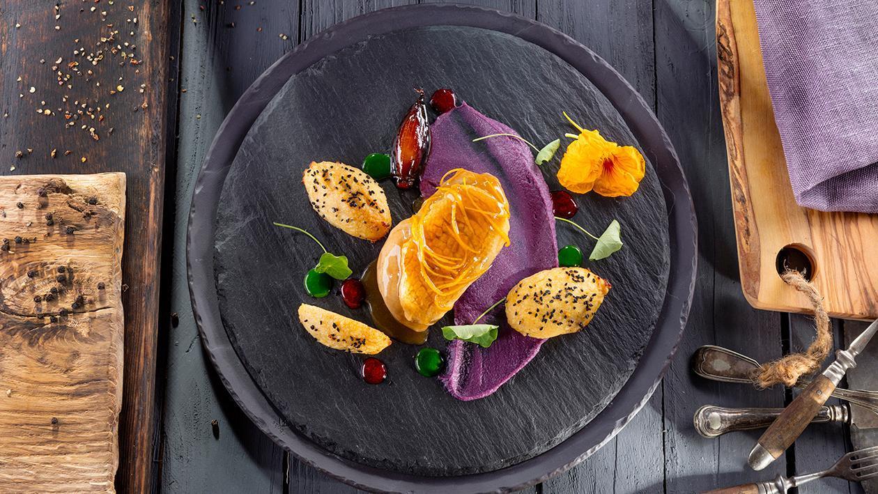 Filet z kaczki confit, puree z czerwonej kapusty, kluska z twarogu i ziemniaków