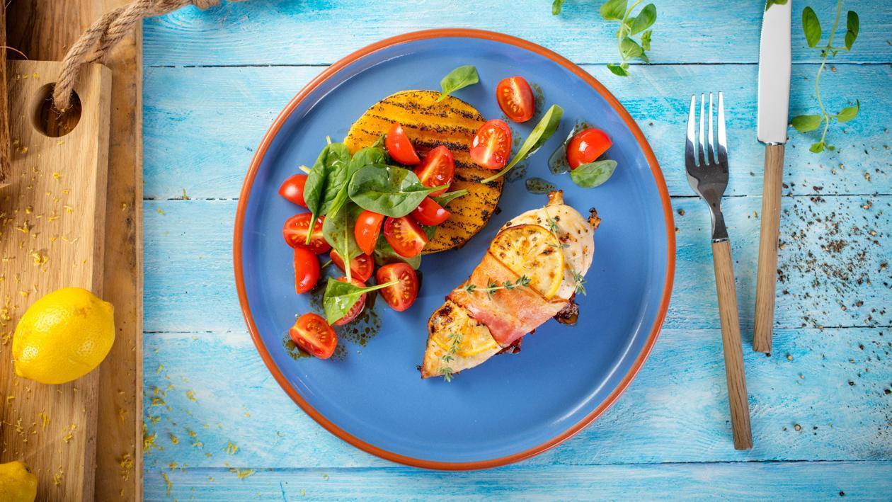 Filet z kurczaka marynowany w cytrynie i tymianku, z grillowaną polentą i sałatką ze szpinaku
