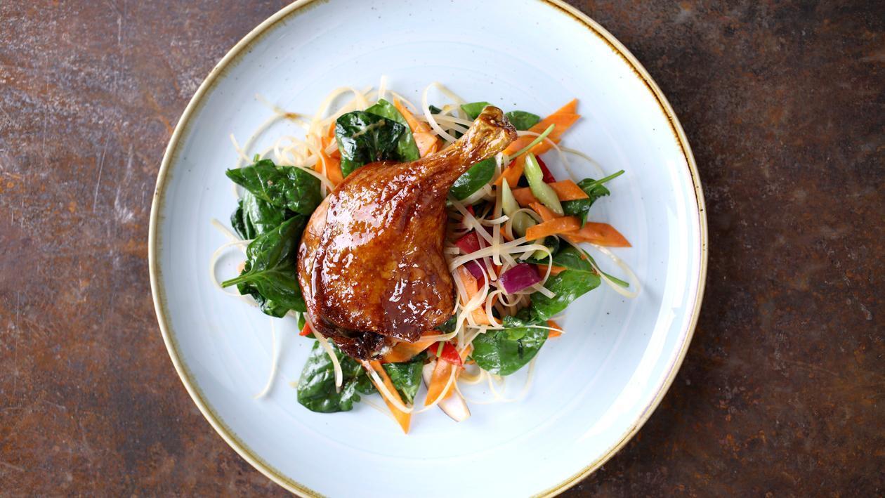 Glazurowana kaczka na smażonym makaronie z warzywami