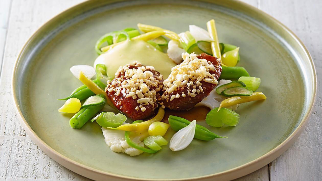 Glazurowane policzki wieprzowe z wiosennymi warzywami i chrupiącą posypką