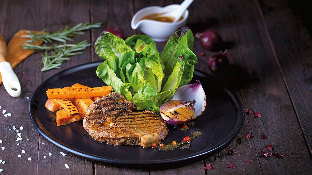 Grillowany antrykot z batatami i miksem zielonych sałat z sosem paprykowym