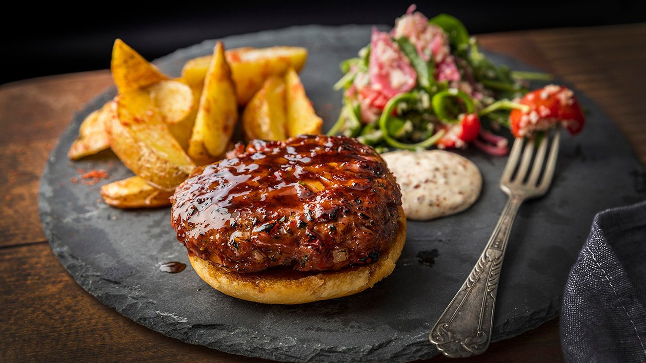 Grillowany burger z sałatką bulgur z kwaszoną cebulą