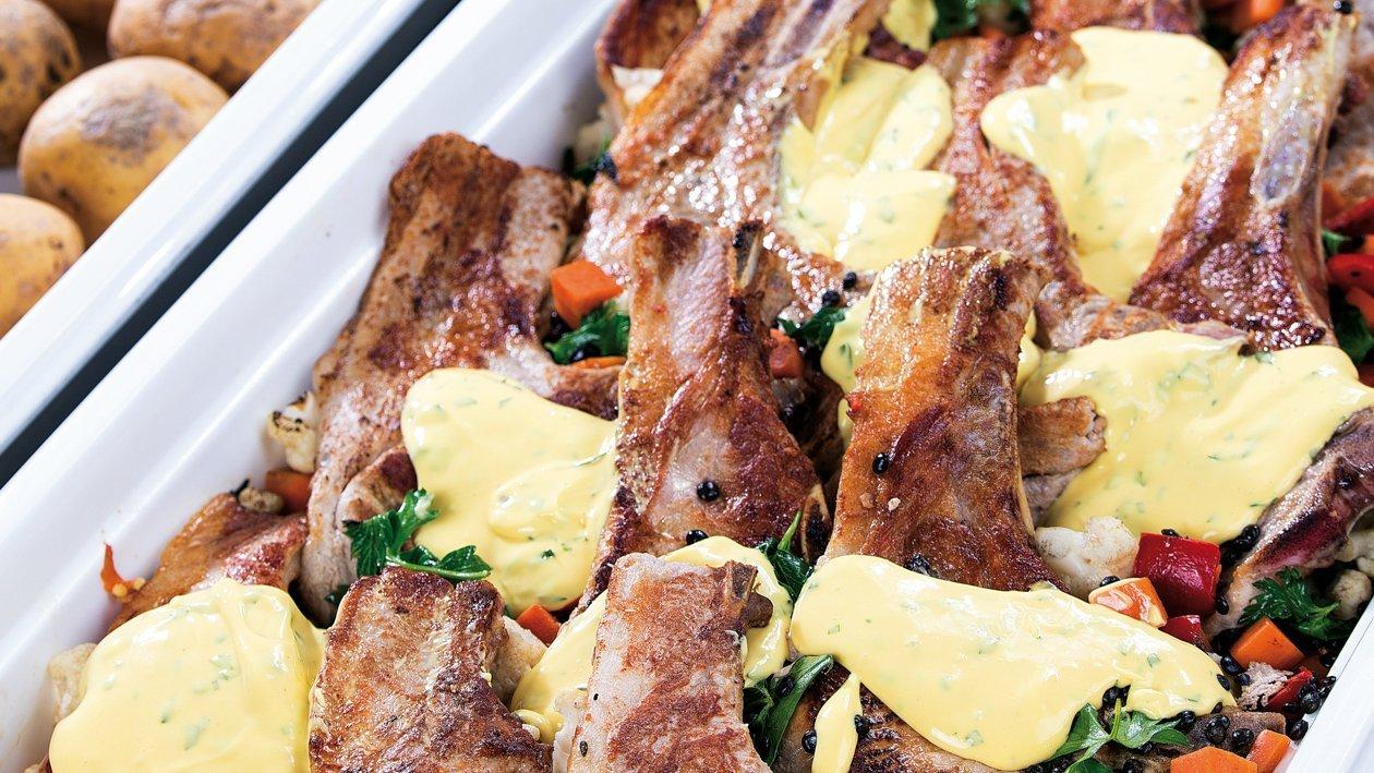 Grillowany schab z boczkiem na smażonych warzywach z sosem Bernaise