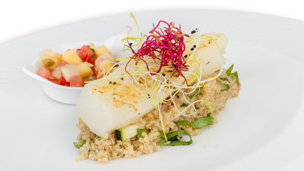 Halibut na sposób orientalny z komosą ryżową i salsą owocową
