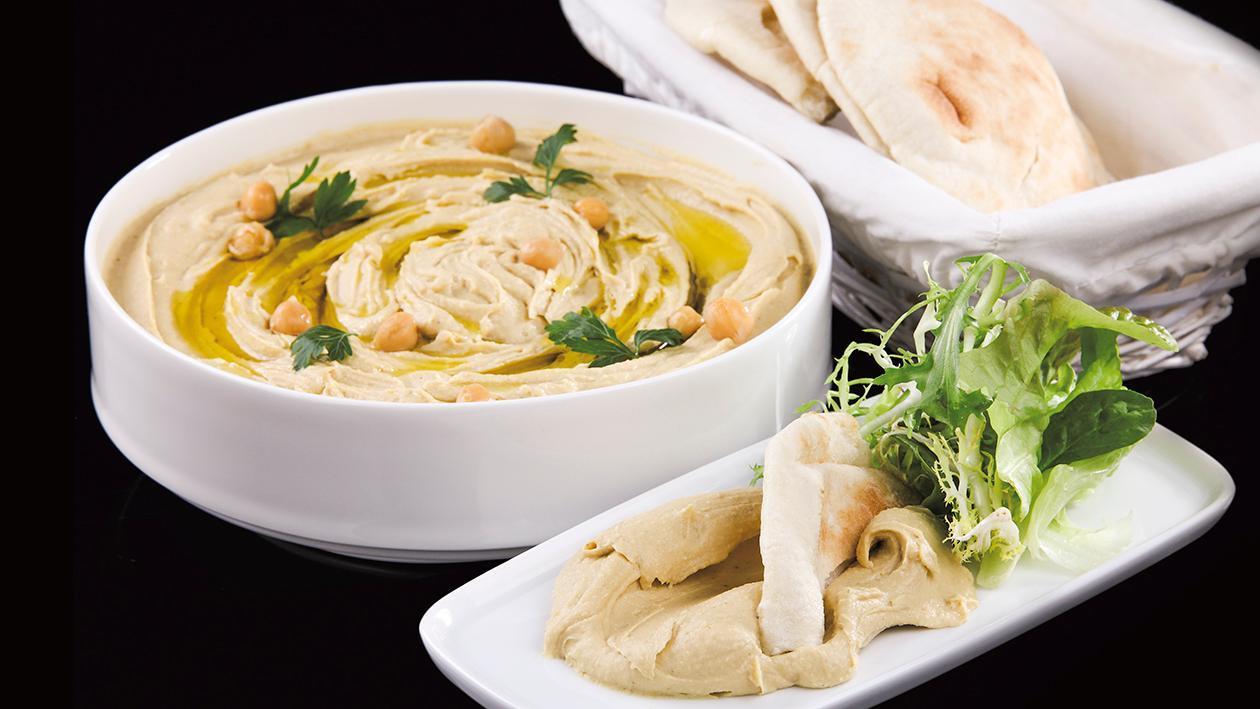Hummus podany z oliwą i pieczywem