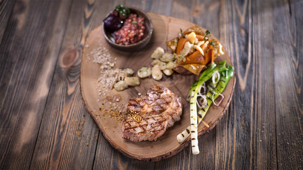 Karkówka z grilla z pieczonym batatem i śliwkową salsą