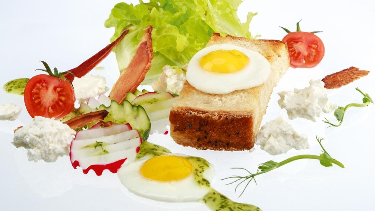 """Klasyczna sałatka """"Polonaise"""" przygotowana z polskich składników z dodatkiem smażonego chleba"""