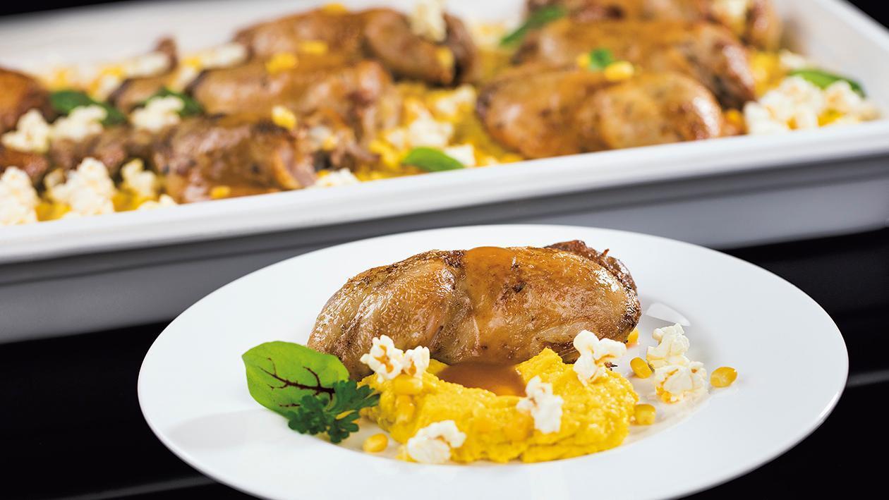 Konfitowane udko kurczaka z kukurydzianym puree i popcornem