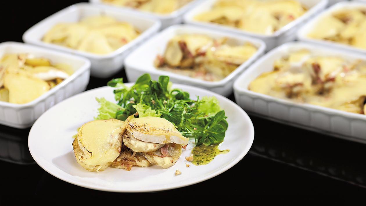 Kremowe ziemniaki z boczkiem zapiekane z serem brie, podane z sałatą i orzechowym vinaigrette