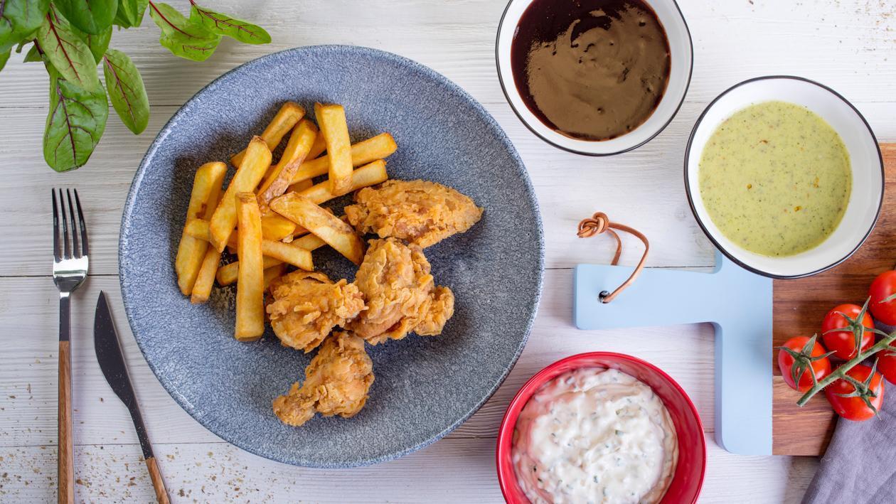 Kurczak w chrupiącej panierce z sosami: tatarskim, BBQ, miodowo-musztardowym