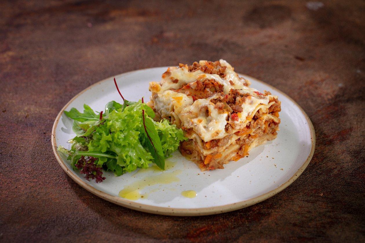 Lasagne wegatariańska z bukietem sałat i oliwą
